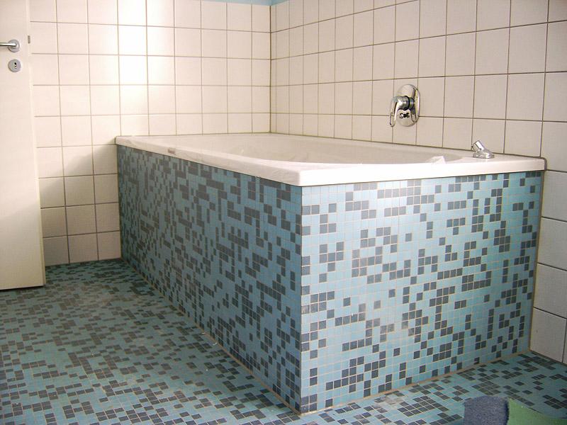 fliesen legen badewanne wohndesign und m bel ideen. Black Bedroom Furniture Sets. Home Design Ideas